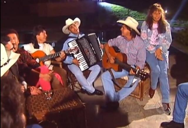 Duplas sertanejas reunidas com amigos e familiares em primeiro especial 'Amigos', de1995.