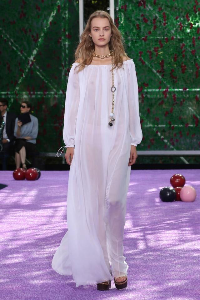 Desfile de Alta Costura outono/ inverno 2016 da Dior. Na foto, um vestido fluido, com mangas de ombro a ombroeinspiração nos anos 70
