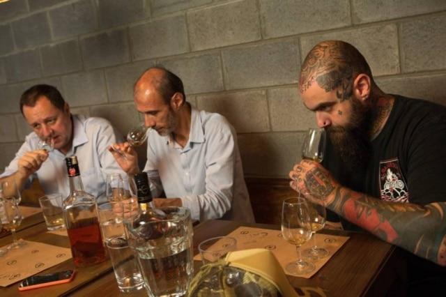 Em ação. O especialista em destilados Cesar Adames, o sommelier Manoel Beato e o bartender Fernando Lisboa
