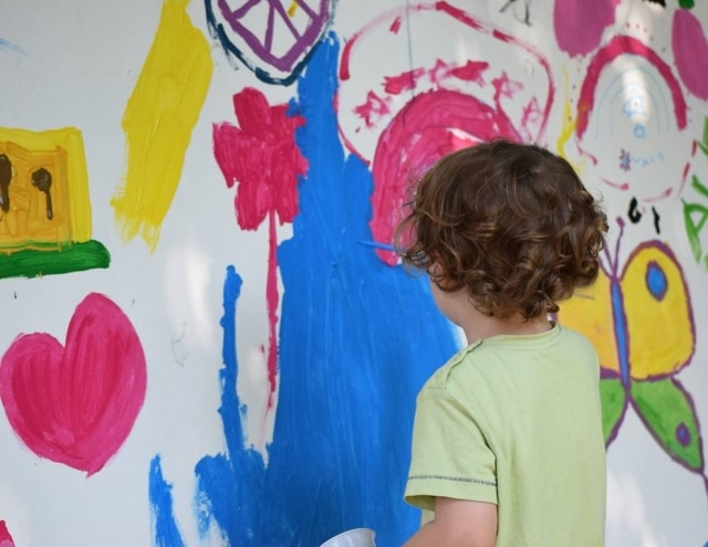 Rabiscos e desenhos nas paredes são um problema para quem tem criança em casa