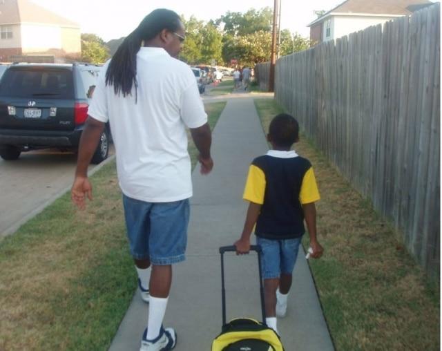 Charles Jr. acompanhando o filho no primeiro dia de aula na pré-escola.