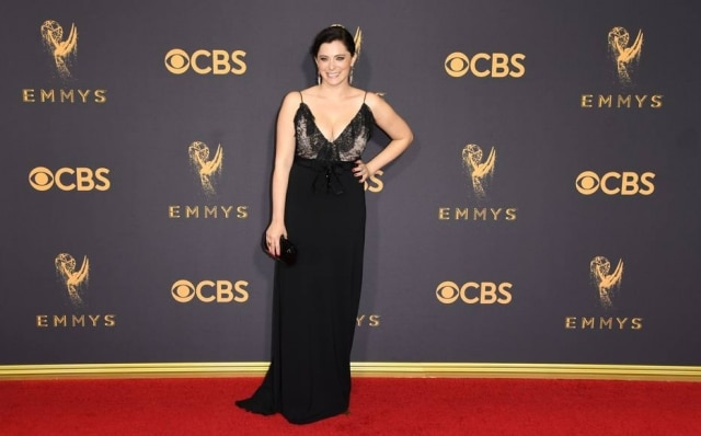 Atriz Rachel Bloom usa vestido Gucci no Emmy Awards