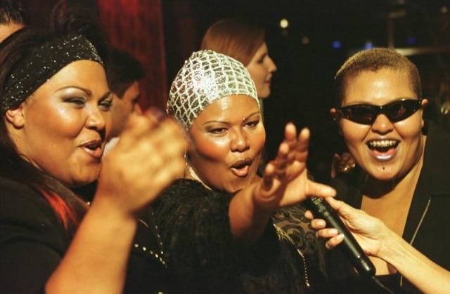 Deise, ao centro, com um lenço prateado na cabeça, ao lado de Suzete e Simoni, de óculos escuros, todas do Fat Family, em foto de 2001.