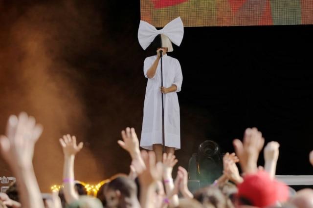 A cantora Sia durante performance em Nova York, nos Estados Unidos.