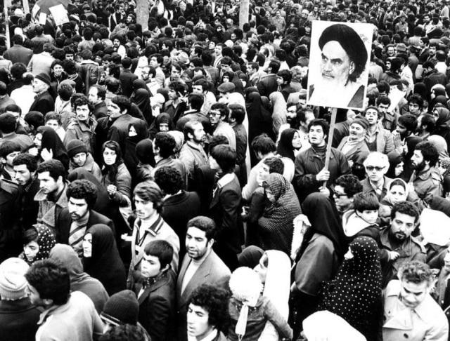 Apoiadoresdo aiatolá Khomeini mostra sua imagem em Teerã, no Irã, durante a revolução islâmica de 1979