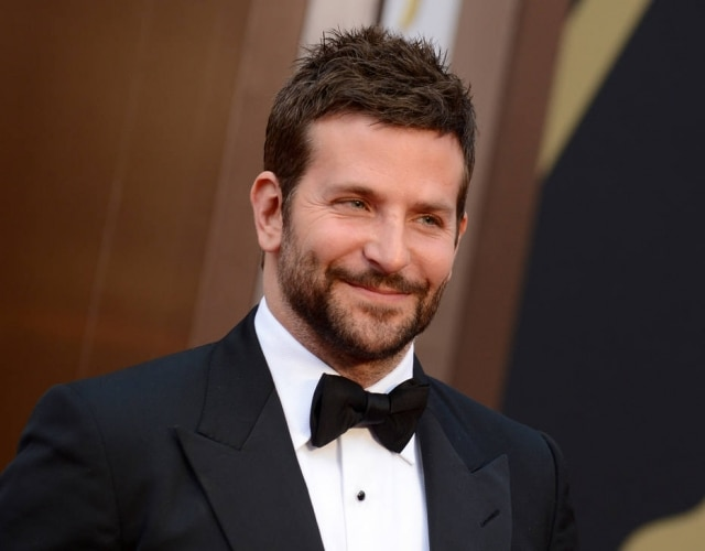 A barba de Bradley Cooper destaca as laterais do rosto
