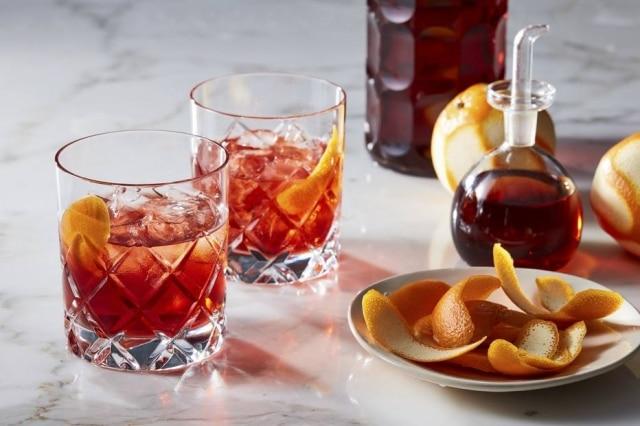 Boulevardier, com bourbon, Campari e vermute, em jarra.