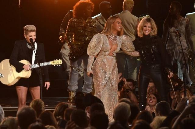 "Beyoncéno palco do ""CMA Awards."""
