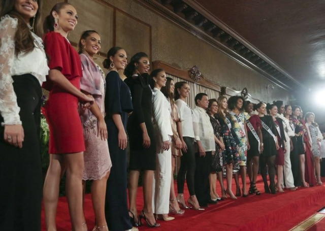 Rodrigo Duterte, presidente das Filipinas, com as candidatas a Miss Universo.