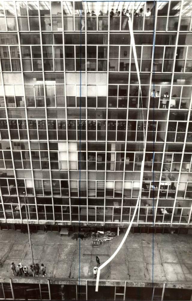 Vista doEdifício Wilton Paes de Almeida, de onde odelegado Romeu Tuma jogou pela janelaum gigantesco processo contra um médico fraudador da Previdência Social. As linhas verticais azuis são a marcação de corte para a publicação da foto nacapa do jornal.