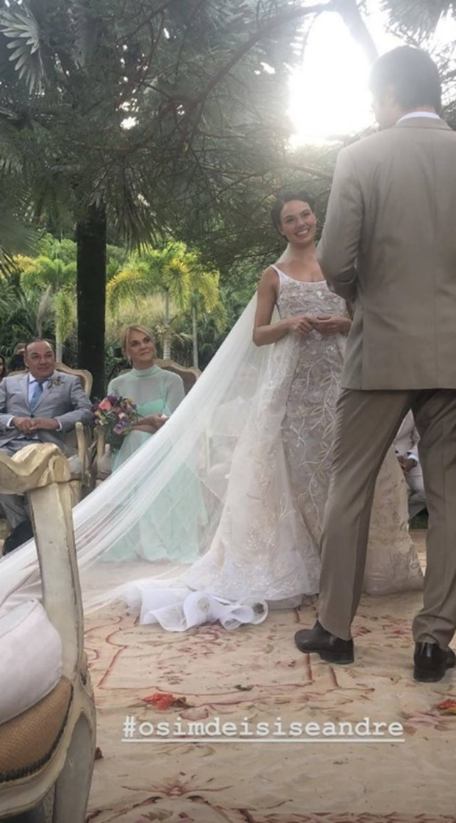 A promoter Carol Sampaio, que foi uma das madrinhas do casamento, compartilhou no stories do Instagram detalhes da cerimônia.