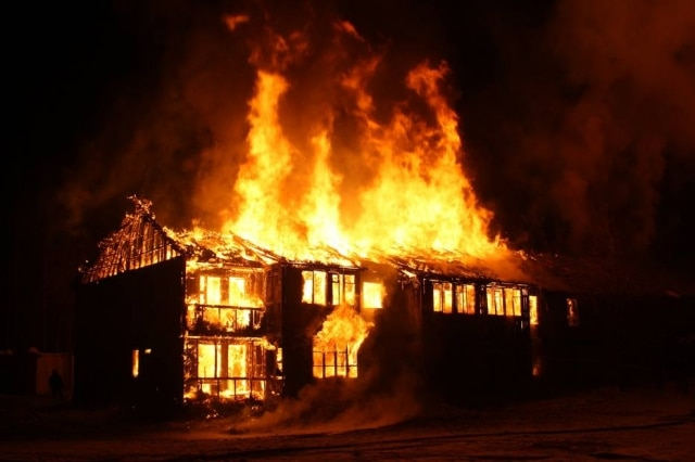 Um finlandês botou fogo na própria casa ao tentar espantar uma cobra que apareceu no local