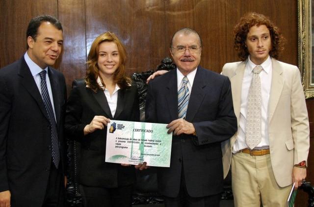 Regiane Alves e Daniel Zetter junto a Sérgio Cabral, então presidente da subcomissão do idoso no Senado e José Sarney, então presidente do Senado. Foto tirada em 4 de setembro de 2003.