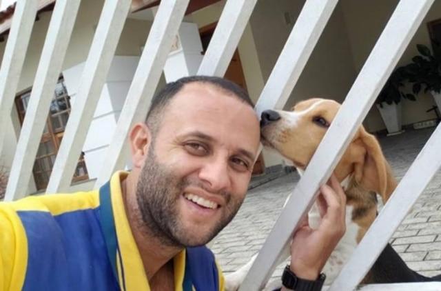 Carteiro faz sucesso com fotos ao lado de cachorros.