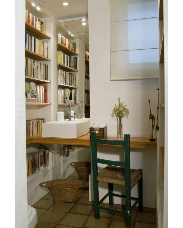 Estante com livros ocupa parte do lavabo da casa do arquiteto Maurício Nóbrega