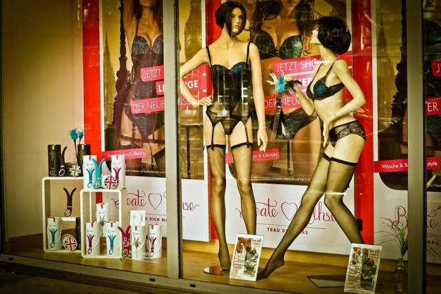 Homem invadiu loja de brinquedos eróticos durante a noite e roubou os produtos mais caros.