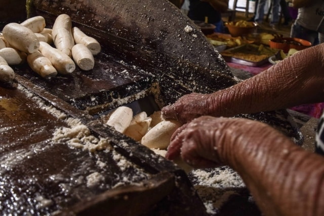 A farinha de mandioca de Santa Catarina resiste, produzida em engenhos artesanais