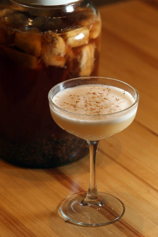 O menu de drinques é assinado por Néli Pereira. Vale provar o Cupú da Manu com vodca infusionada com cupuaçu e nibs de cacau e suco de limão