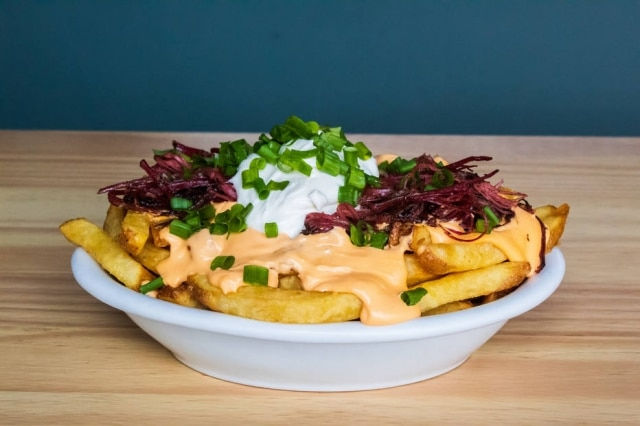 As pastrami fries, do ZDeli, com pastrami desfiado, queijo fundido e sour cream.