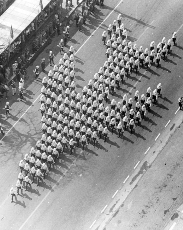 Soldados em formação durante a parada de Sete de Setembro na avenida Paulista, São Paulo, SP, 7/9/1972