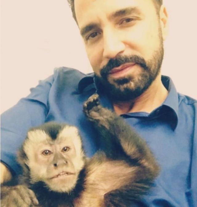 Latino reencontrou seu macaco de estimação, o Twelves.