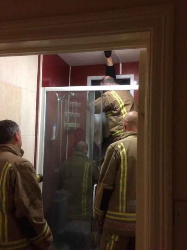 Bombeiros foram chamados e tiveram de quebrar a janela para resgatar a mulher.