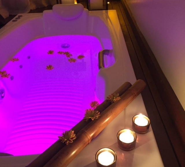 A cromoterapia pode ser usada em forma de banho de imersão. Na foto, banheiro no W Estética & Spa, no RJ.