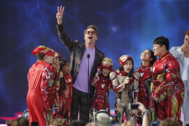 Robert Downey Jr. durante a premiação ao lado de seus fãs mirins.