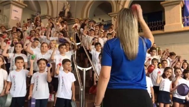 Crianças cantaram Sweet Child O' Mine, do Guns N' Roses, durante evento de arte e cultura do colégio Dom Bosco, no interior de São Paulo.
