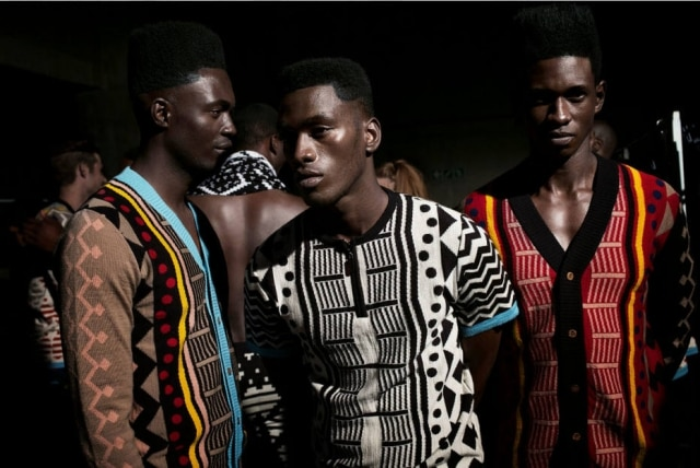 Modelos esperam no backstage da Maxhosa durante a South Africa Men's Wear Week em 2015