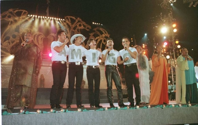 'Amigos' sem Leandro cantam 'Ave Maria' ao lado do Fat Family em 1998.