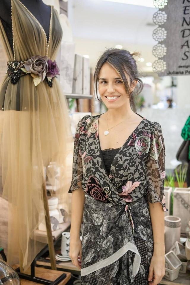 Juliana é especializada em vestidos de noiva e trabalha quase que exclusivamente com rendas