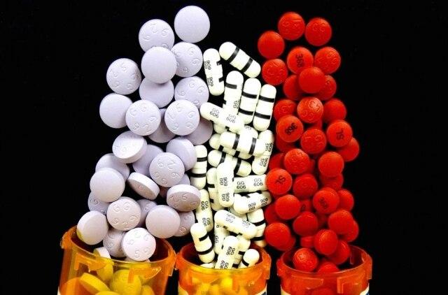 Interações medicamentosas e efeitos adversos são riscos reais