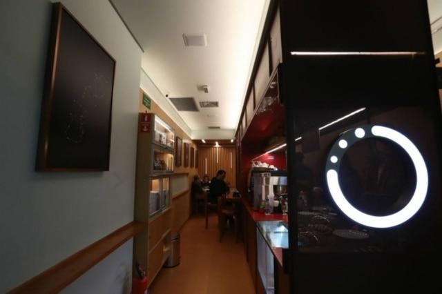 Ambiente do Onnie Café, dentro de uma galeria na Avenida Paulista