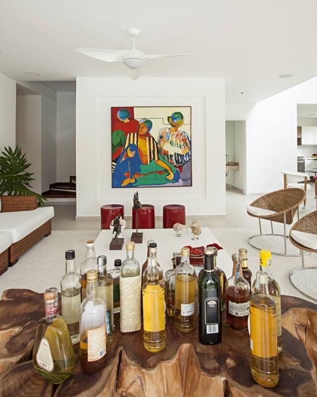 Bar projetado pelaKorman Arquitetos em formato de tronco de árvore.