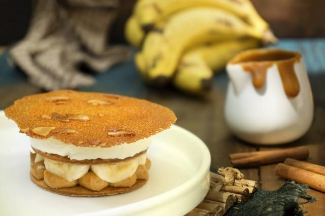 Requinte, Versão do Charlô combina doce de leite feito na casa, doce de banana assada, biscoito amanteigado com flor de sal, caramelo, banana fresca, chantilly e para finalizar, uma tuille de caramelo e amêndoas.