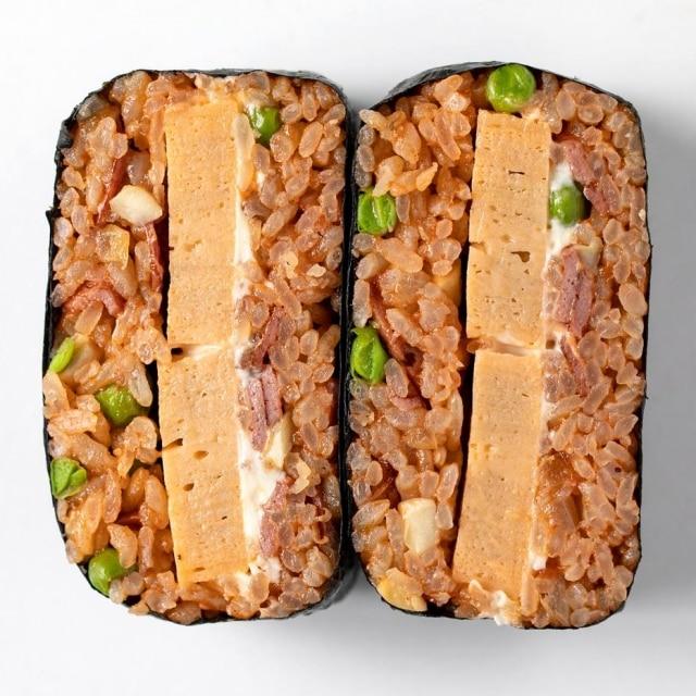 Omuraisu, com omelete japonês, molho de tonkatsu, ketchup, ervilha, cebola e cogumelos.