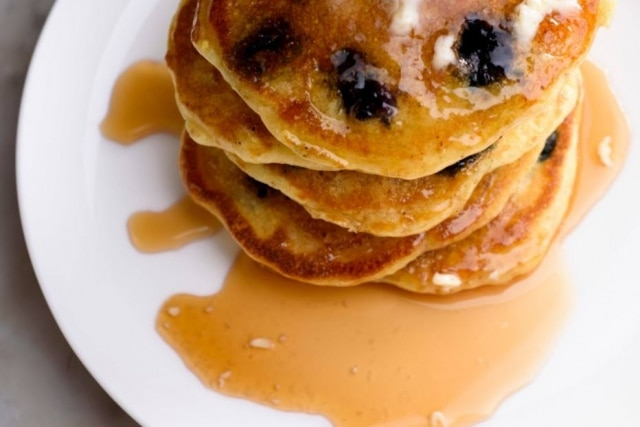 Panquecas com mirtilo e maple syrup.