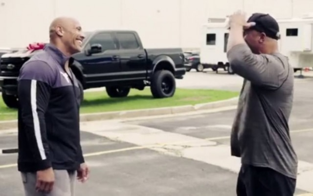 Momento em que Dwayne 'The Rock' Johnson presenteia dublê com carro.