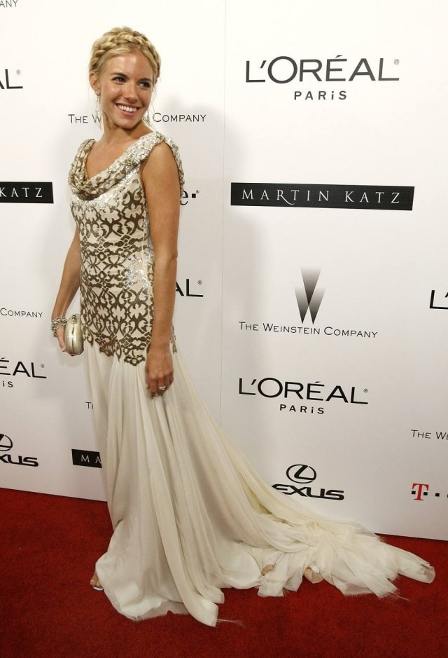 Sienna Miller com vestido Marchesa no Globo de Ouro de 2007