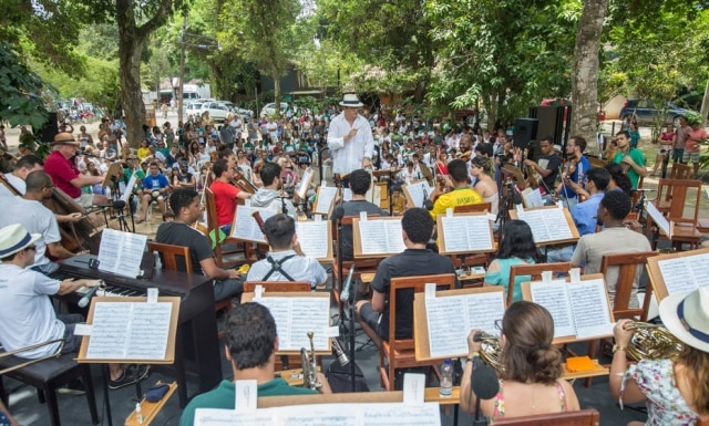 O maestro Carlos Moreno e a Orquestra Acadêmica Mozarteum Brasileiro apresentam a peça 'Pedro e o Lobo' no Bosque do Quadrado