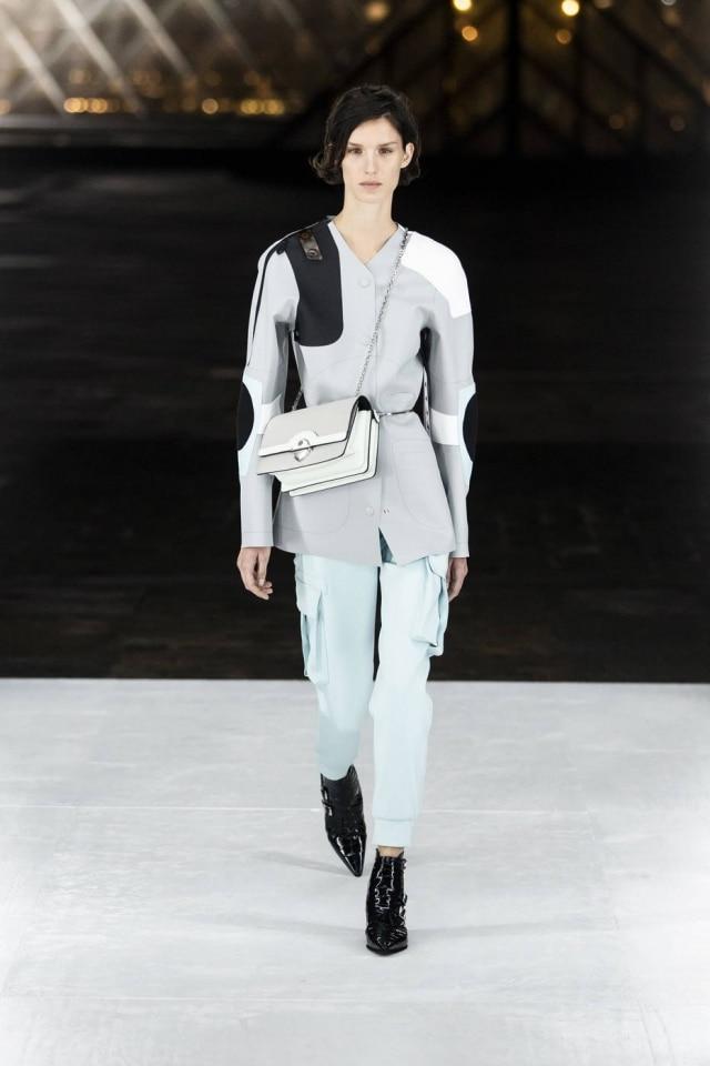 Um blazer casulo com calça cargo utilitária, parte de um momento menos conceitual do desfile da marca