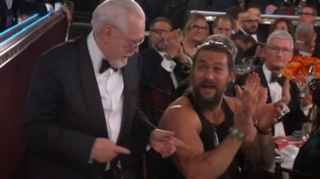 O ator Jason Momoa apareceu de regata durante o Globo de Ouro, ocorrido no domingo, 5