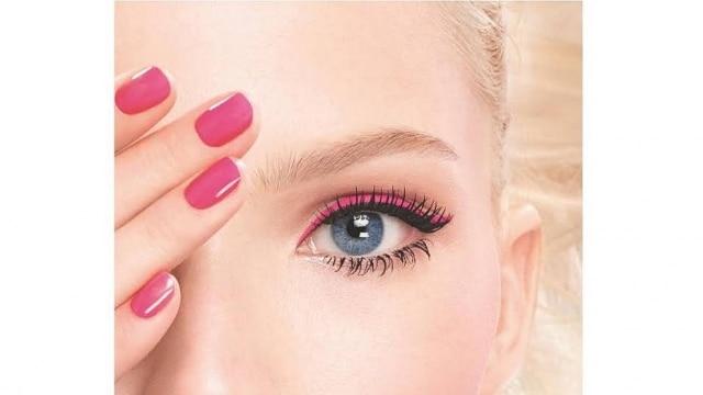 Na campanha da Dior, a o delineador rosa é combinado com o preto