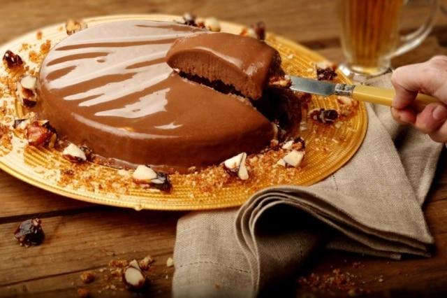 Gelado de chocolate com crocante de castanha.