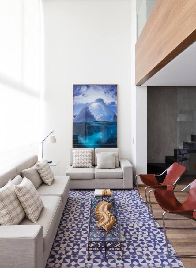 Apartamento em Perdizes ganhou mezanino para escritório e cozinha rústica