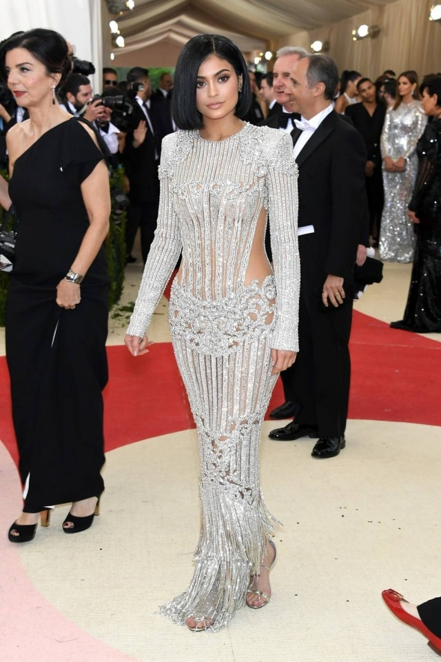 Kylie Jenner usou vestido prateado da grife Balmain
