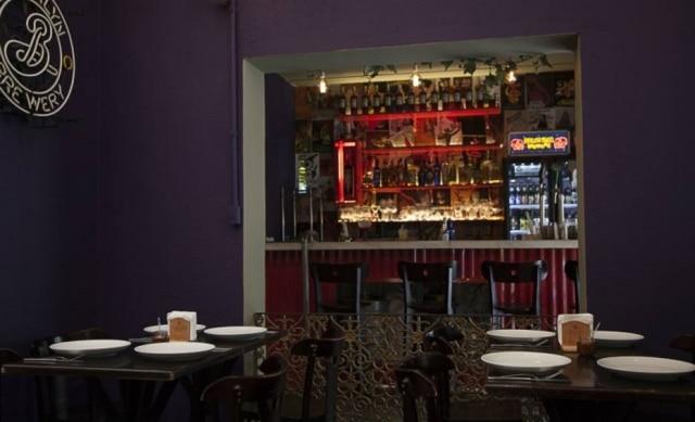 Nova cara. Saíram as redes do antigo Aconchego, e agora o balcão do bar tem novo destaque