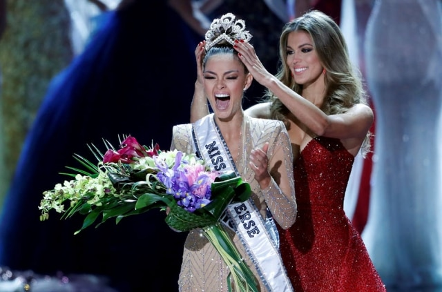A Miss África do Sul, Demi-Leigh Nel-Peters, é coroada pela Miss Universo 2016,  Iris Mittenaere, durante o 66º concurso de Miss Universo no hotel cassino Planet Hollywood em Las Vegas, Estados Unidos.
