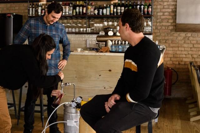 Na pizzaria Carlos, Gabriela Monteleone, Ariel Kogan (sentado) e Luciano Nardelli testam serpentina com vinho tinto.